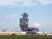 調査のため回転式整備構造物(RSS)が閉じられた39A射点のエンデバー号(提供:NASA)