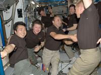 STS-127クルーを迎える若田宇宙飛行士らISSクルー(飛行3日目)(提供:NASA)