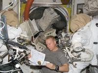 「クエスト」(エアロック)で作業を行うコプラ宇宙飛行士(提供:NASA)
