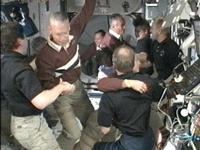 ISSに入室するSTS-128クルーと歓迎するISSクルー(提供:NASA)