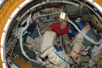 オーラン宇宙服の準備を行うコトフ宇宙飛行士(提供:NASA)