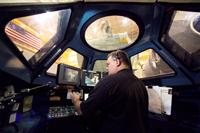 キューポラのモックアップ(実物大模型)を使用した訓練の様子(提供:NASA)