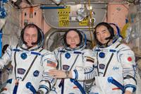 21Sの移動飛行の準備を行う(左から)クリーマー、コトフ、野口宇宙飛行士(提供:NASA)