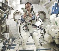 「きぼう」日本実験棟船内実験室でソコル宇宙服の着用方法を説明する野口宇宙飛行士(出典:JAXA/NASA)