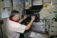 「ズヴェズダ」(ロシアのサービスモジュール)で作業を行うユールチキン宇宙飛行士(出典:JAXA/NASA)