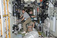 「ズヴェズダ」(ロシアのサービスモジュール)で作業するスクリポチカ(左)、ユールチキン(右)宇宙飛行士(出典:JAXA/NASA)