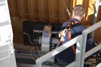 中間タンクの検査を行うNASAの技術者(出典:JAXA/NASA/Frank Michaux)