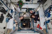 クリスマスを祝う第26次長期滞在クルー(出典:JAXA/NASA)