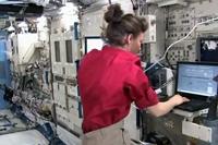 「きぼう」ロボットアームを操作するコールマン宇宙飛行士(出典:JAXA/NASA)