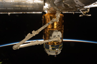 ISSクルーにより撮影された結合中の「こうのとり」2号機(出典:JAXA/NASA)