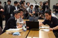 宇宙医学実験支援システムの技術検証実験に関する訓練を行う古川宇宙飛行士(右)(出典:JAXA)