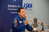 記者会見を行う古川宇宙飛行士(出典:JAXA)