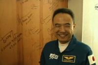 出発前にコスモノートホテルでサインをする古川宇宙飛行士(出典:JAXA/NASA)