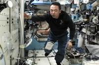 「デスティニー」(米国実験棟)にて作業を行う古川宇宙飛行士(出典:JAXA/NASA)