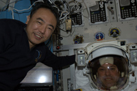 「クエスト」(エアロック)にて船外活動のリハーサルの様子(出典:JAXA/NASA)
