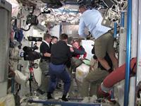 ISSに入室するSTS-135クルーと歓迎する第28次長期滞在クルー(出典:JAXA/NASA)