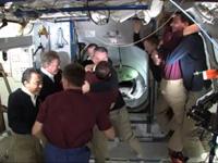 STS-135クルーと第28次長期滞在クルーのお別れセレモニーの様子(出典:JAXA/NASA)