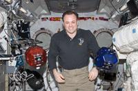 「きぼう」にてSPHERES実験を行うギャレン宇宙飛行士(出典:JAXA/NASA)