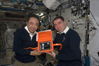 試料を手にする古川(左)、ヴォルコフ(右)両宇宙飛行士(出典:JAXA/NASA)