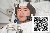 訓練中の星出宇宙飛行士とTwitterのQRコード(出典:JAXA/NASA)