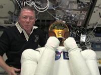 フォッサム宇宙飛行士とロボノート2(出典:JAXA/NASA)
