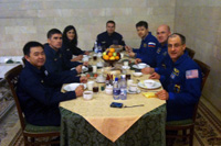 食事中の29S搭乗クルーとバックアップクルー(星出宇宙飛行士Twitterより)(出典:JAXA)