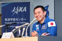 記者会見で報道関係者からの質問に答える星出宇宙飛行士(出典:JAXA)