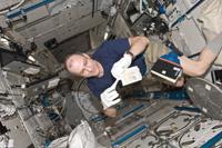 「きぼう」日本実験棟船内実験室で作業するペティット宇宙飛行士(出典:JAXA/NASA)