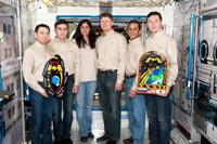 集合写真を撮る星出宇宙飛行士らISS第32次/第33次長期滞在クルー(左側3名)と、ISS第31次/第32次長期滞在クルー(右側3名)(JSCにて)(出典:JAXA/NASA)