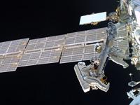 船外活動クレーン1の移設を行うコノネンコ、シュカプレロフ両宇宙飛行士(出典:FSA)
