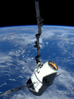 SSRMSに把持されたドラゴン補給船(出典JAXA/ESA/NASA)