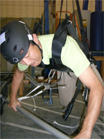 微小重力環境を模擬した訓練を行う油井宇宙飛行士(出典:JAXA/NASA)