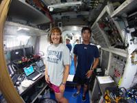アクエリアス内にて、油井(右)、ドロシー・メカフ・リンデンバーガー(左)両宇宙飛行士(油井宇宙飛行士Twitterより)