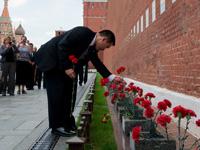 ガガーリン宇宙飛行士の墓所に献花する星出宇宙飛行士(出典:JAXA/GCTC)