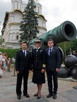 大砲の皇帝前で記念撮影を行う星出宇宙飛行士ら第32次/第33次長期滞在クルー(出典:JAXA/GCTC)