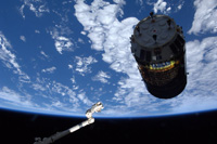 「こうのとり」3号機を把持するため接近するSSRMS(出典:JAXA/NASA)