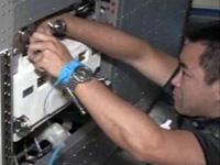 「きぼう」の低温冷却水系のポンプを交換する星出宇宙飛行士(出典:JAXA/NASA)