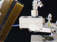 「きぼう」船外実験プラットフォームに移設されるMCE(出典:JAXA/NASA)