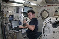 1回目の小型衛星放出後の星出宇宙飛行士(出典:JAXA/NASA)
