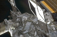 P6トラス上で流体ラインの繋ぎ替えを行う星出、ウィリアムズ両宇宙飛行士(出典:JAXA/NASA)