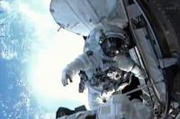 ISS船内に戻る前に写真撮影を行う星出宇宙飛行士(出典:JAXA/NASA)