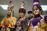 星出宇宙飛行士らに花束を贈呈する民族衣装姿の女性(出典:JAXA/NASA/Bill Ingalls)