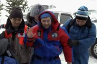 クスタナイ空港へ向かう星出宇宙飛行士(右が古川宇宙飛行士、左は三木FS)(出典:JAXA/NASA)