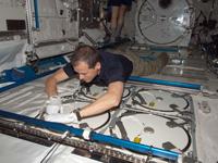 軌道上の「きぼう」船内実験室(写真中央は作業中のトーマス・マーシュバーン宇宙飛行士)(出典:JAXA/NASA)