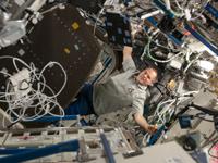 「デスティニー」(米国実験棟)で作業するフォード宇宙飛行士(出典:JAXA/NASA)