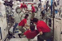 軌道上の「きぼう」船内実験室(作業中の第34次長期滞在クルー)(出典:JAXA/NASA)
