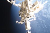 軌道上の「きぼう」船外実験プラットフォーム(出典:JAXA/NASA)