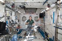 軌道上の「きぼう」船内実験室(中央は作業中のトーマス・マーシュバーン宇宙飛行士)(出典:JAXA/NASA)