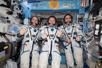 気密点検のためソコル宇宙服を着用したフォード宇宙飛行士ら(出典:JAXA/NASA)