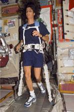TVISを使用した運動の様子(第14次長期滞在クルー)(提供:NASA)